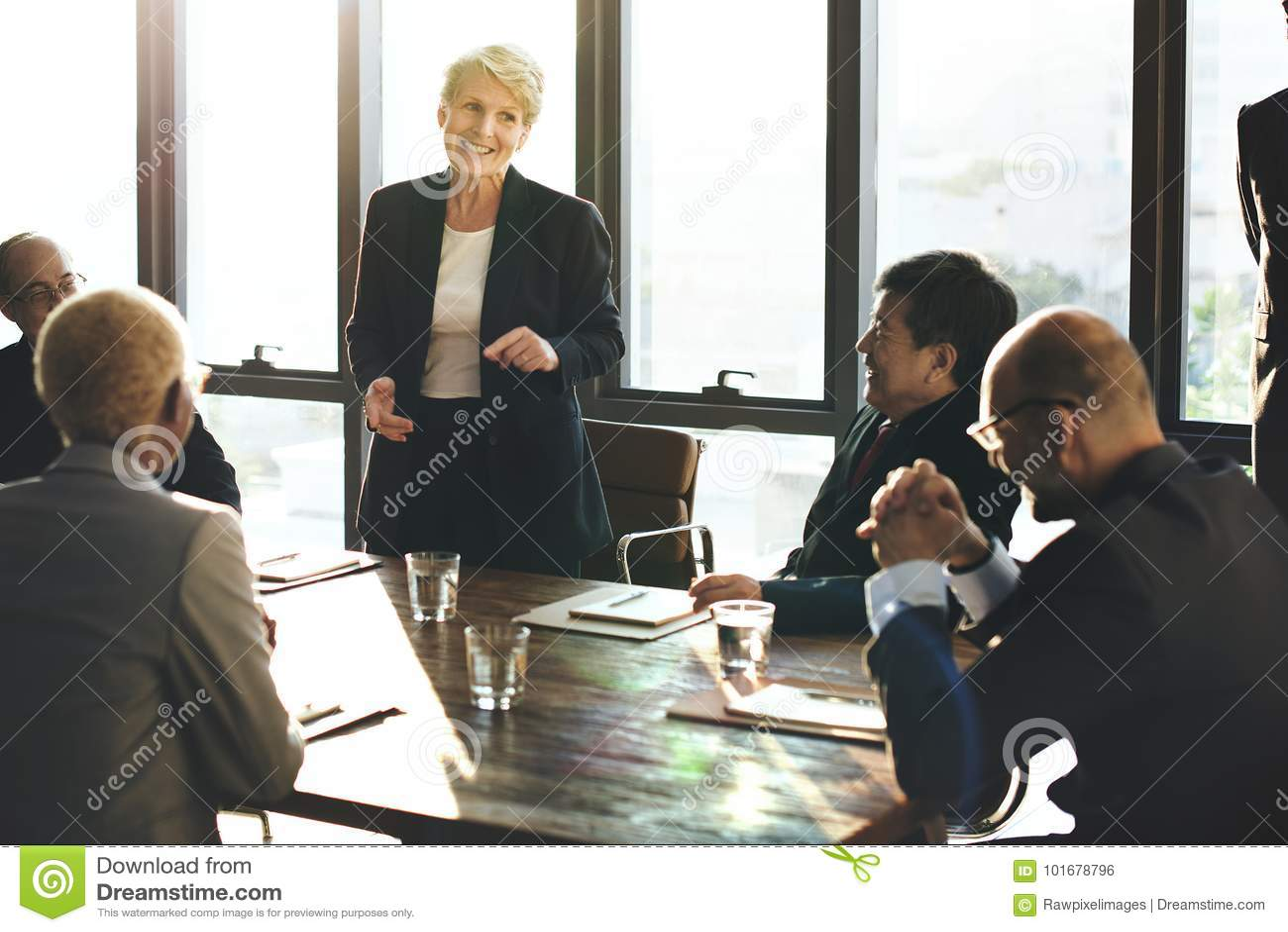 La diversa gente di affari sta incontrando