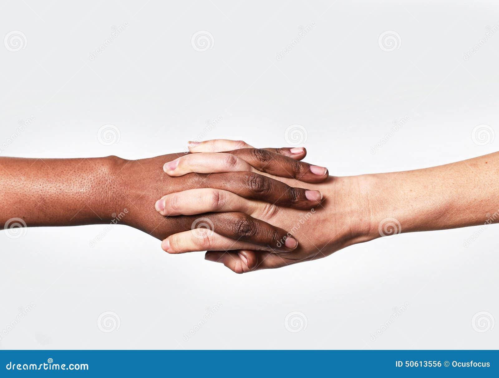 La diversité se tenante américaine femelle caucasienne blanche du monde de doigts de main et d africain noir aiment