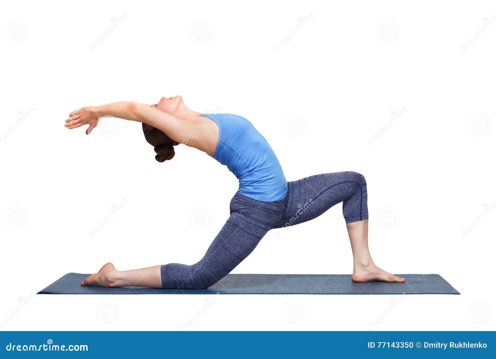 La donna adatta di yogini pratica il asana Anjaneyasana di yoga