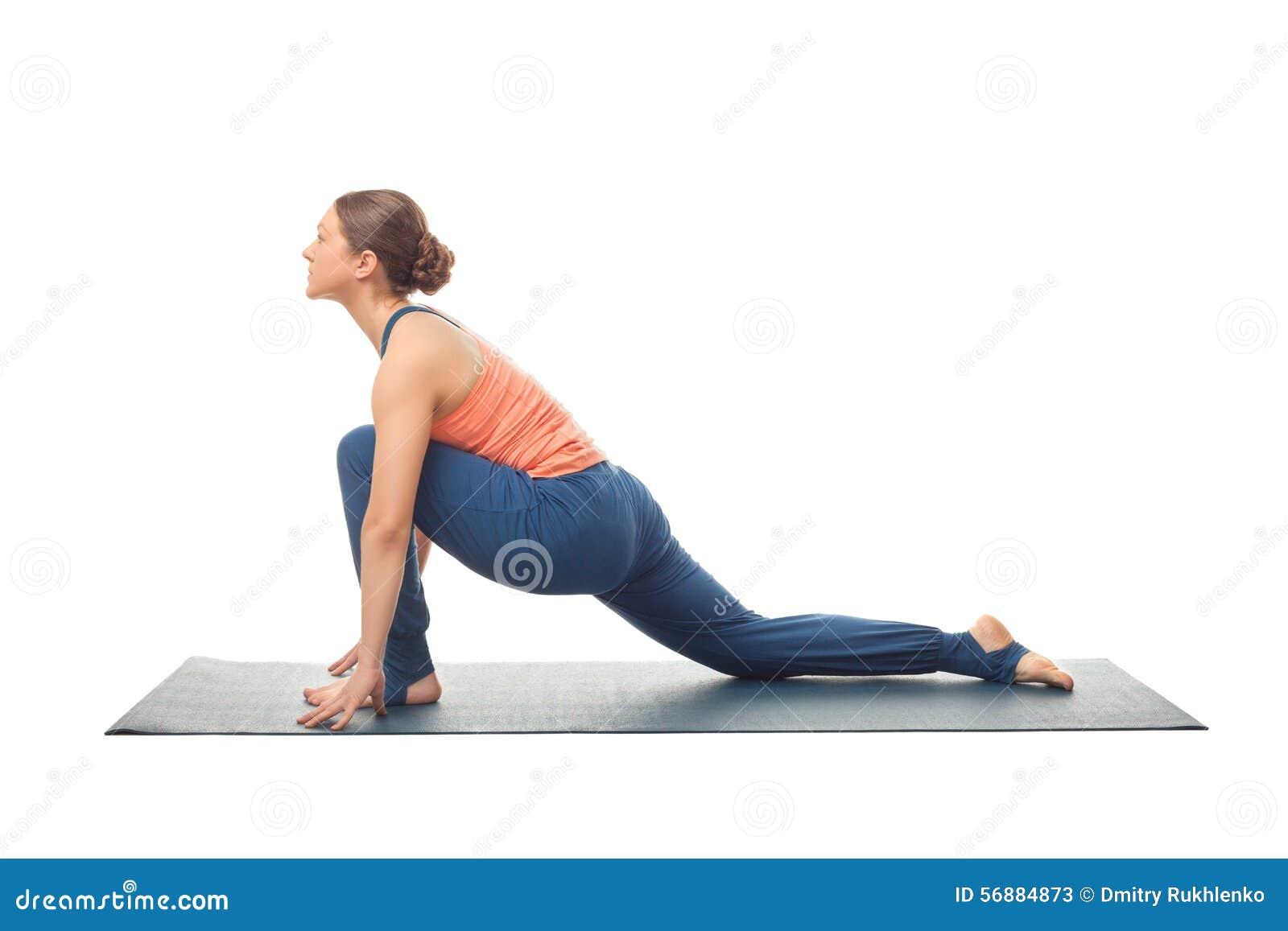 La donna adatta di yogini pratica il asana di yoga