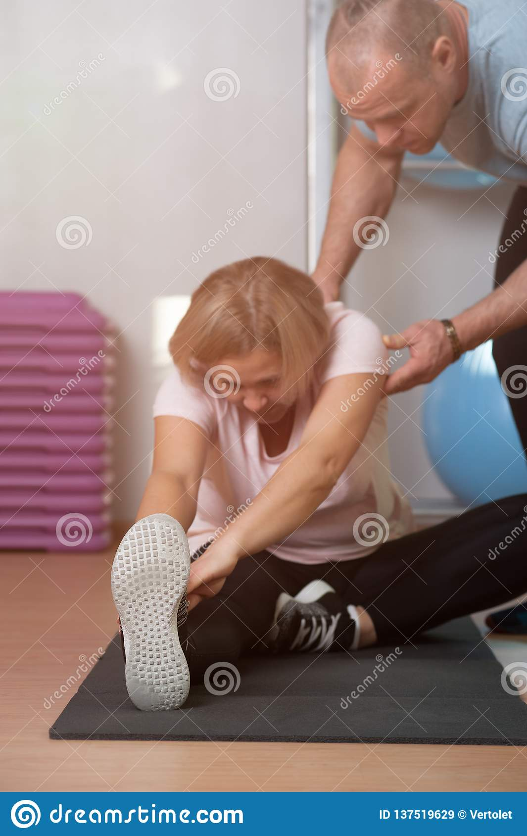 La donna anziana è impegnata nell allungamento