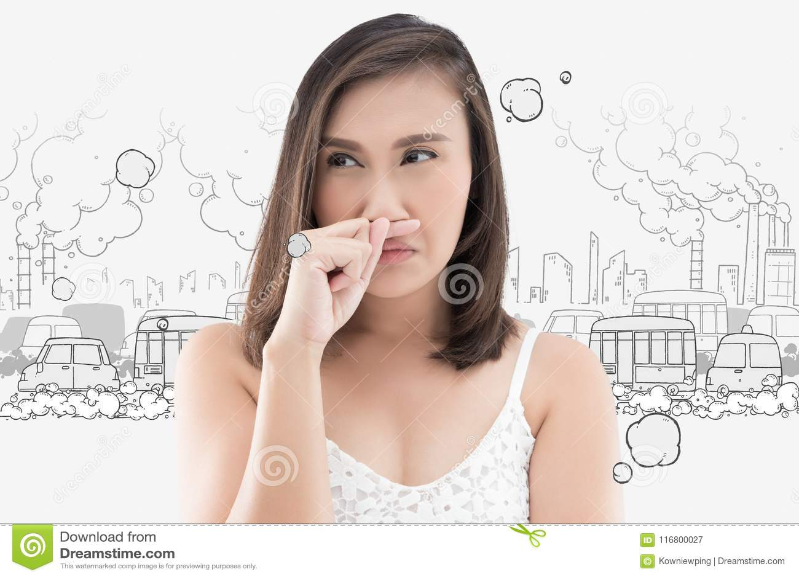 La donna asiatica prende il suo naso a causa di cattivo odore