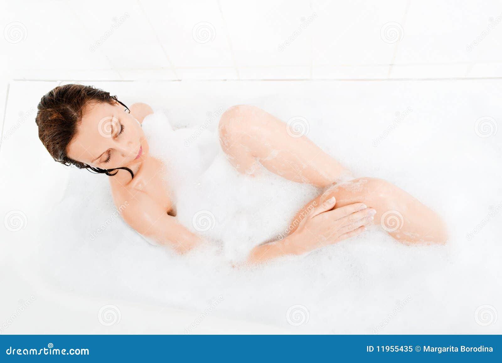 La donna attraente gode di nella vasca da bagno immagine stock immagine di interno domestico - Foto nella vasca da bagno ...