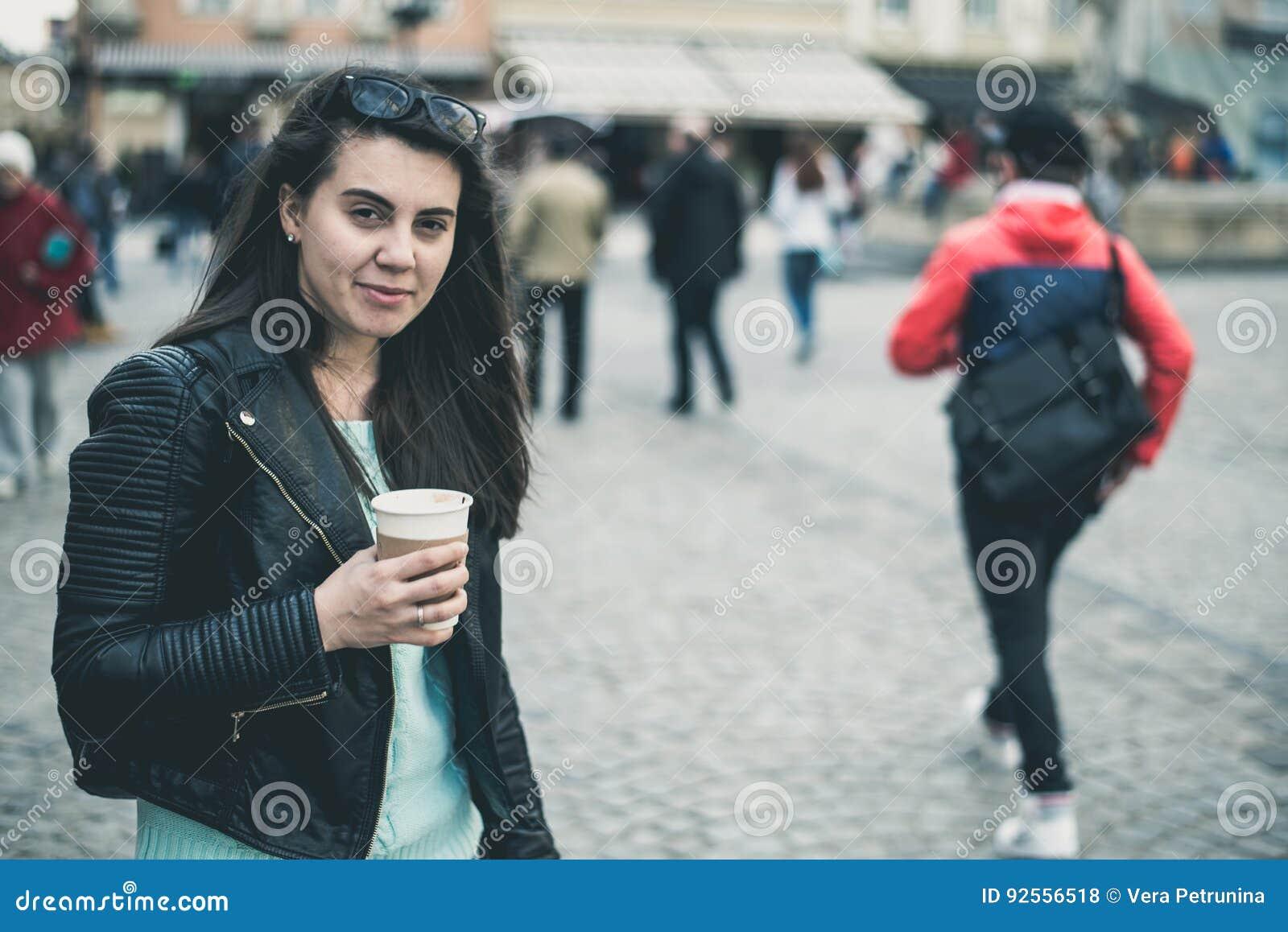 La donna beve il caffè fuori