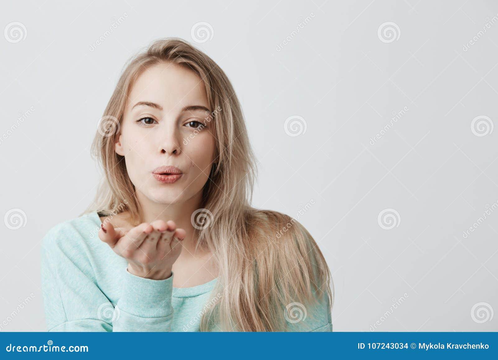 Il ritratto di giovane donna caucasica attraente che posa con il bacio  sulle sue labbra con la bionda ha tinto i capelli ce5c9502a70a