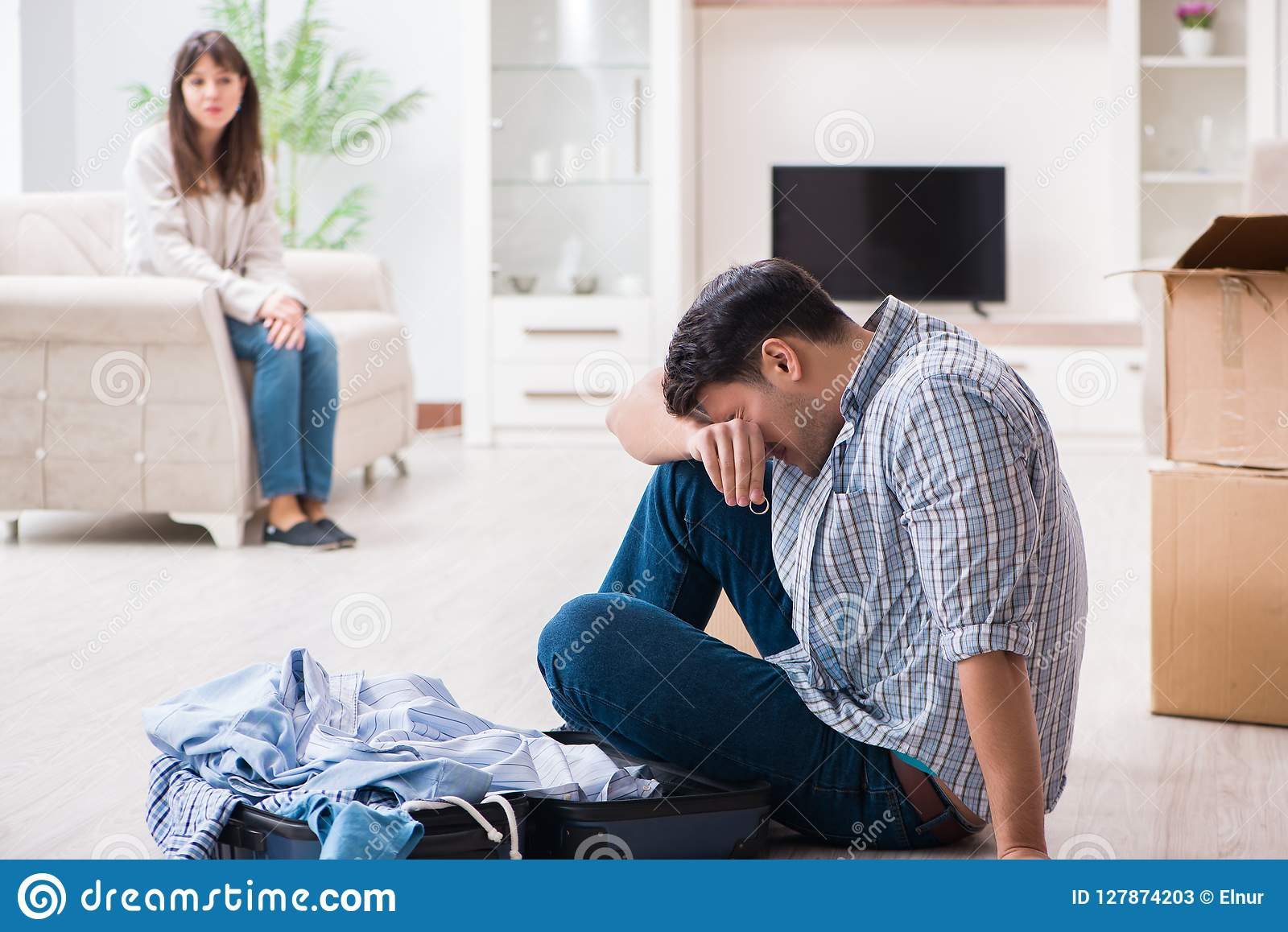 La donna che espelle uomo dalla casa durante il conflitto della famiglia