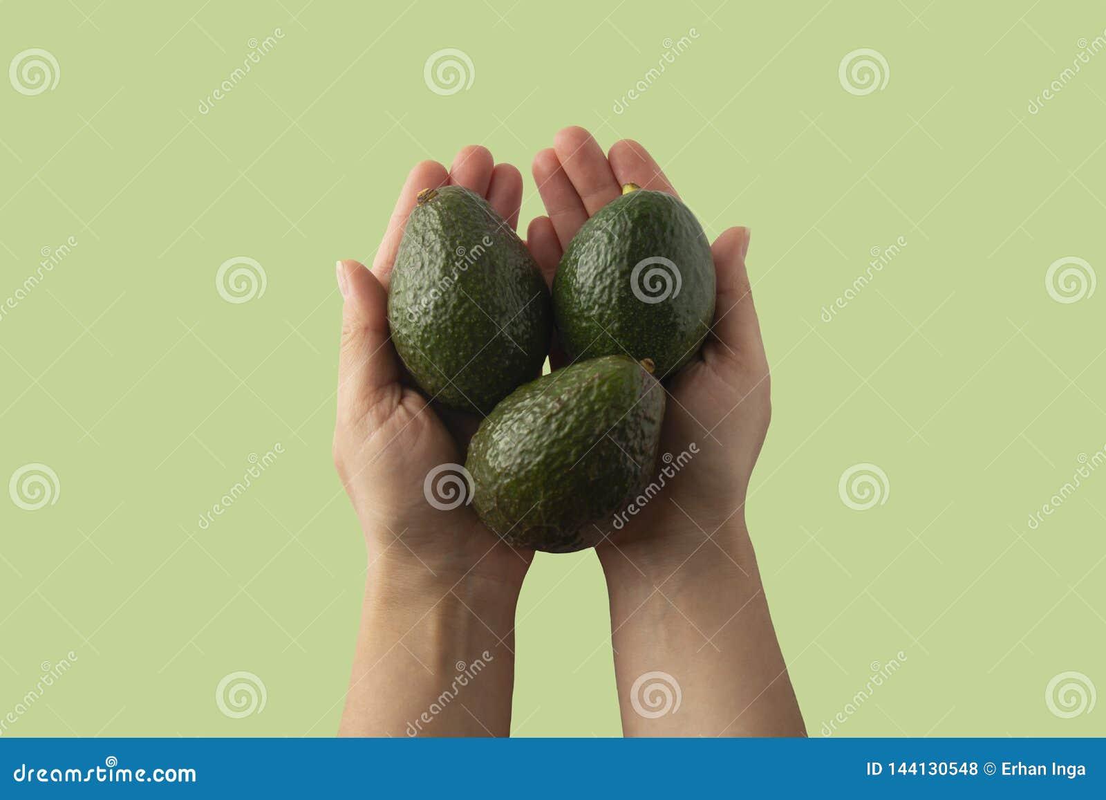 La donna che giudica l avocado fresco isolato, si chiude su Mascherina per il disegno Avocado fresco isolato