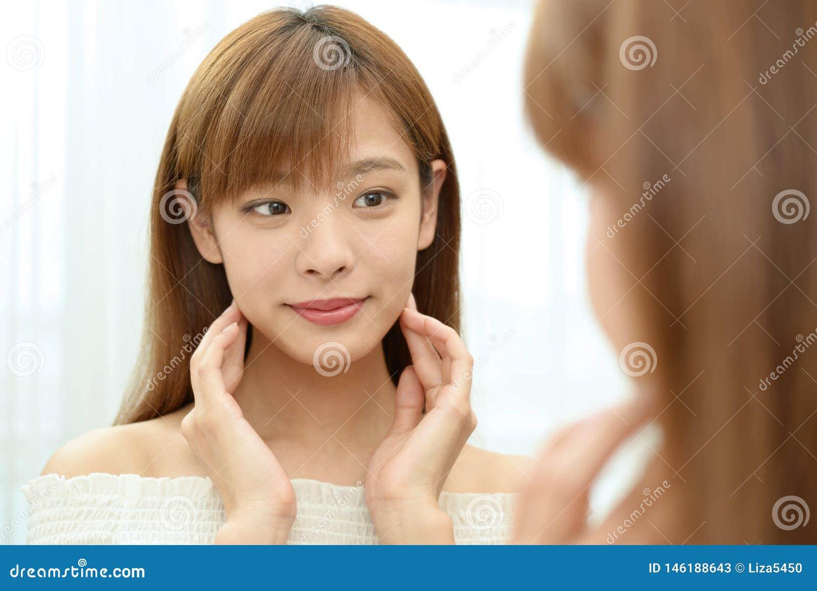La donna che prende la cura del suo fronte