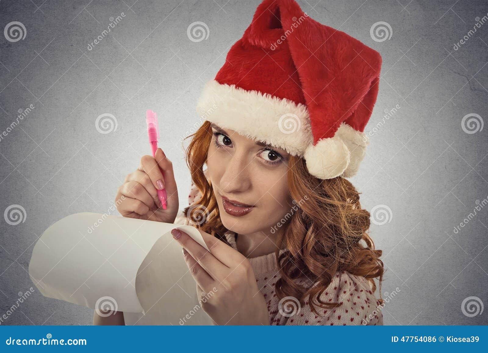La Donna Con Il Cappello Di Natale Sta Posando Nelle Idee ...