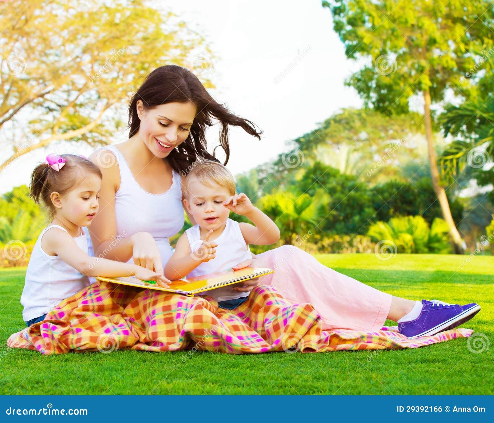 La donna con il derivato ed il figlio ha letto la favola - Derivato di letto ...