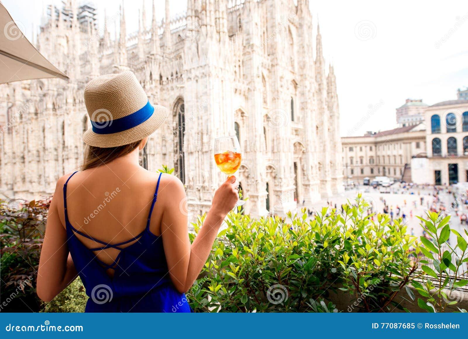 La Donna Con Spritz La Bevanda Di Aperol A Milano Immagine