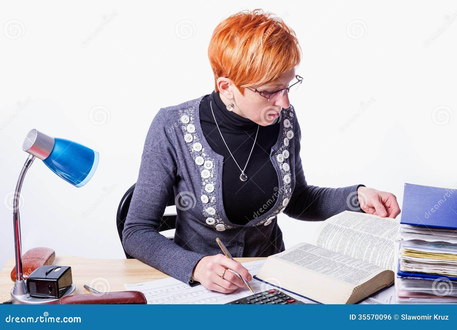 La donna conta le tasse
