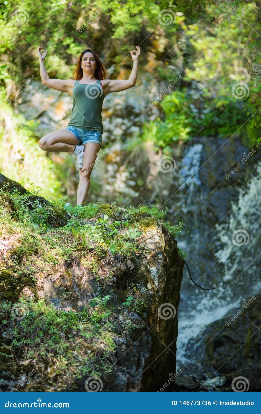 La Donna Dai Capelli Rossi In Breve Fare L'yoga Alla ...