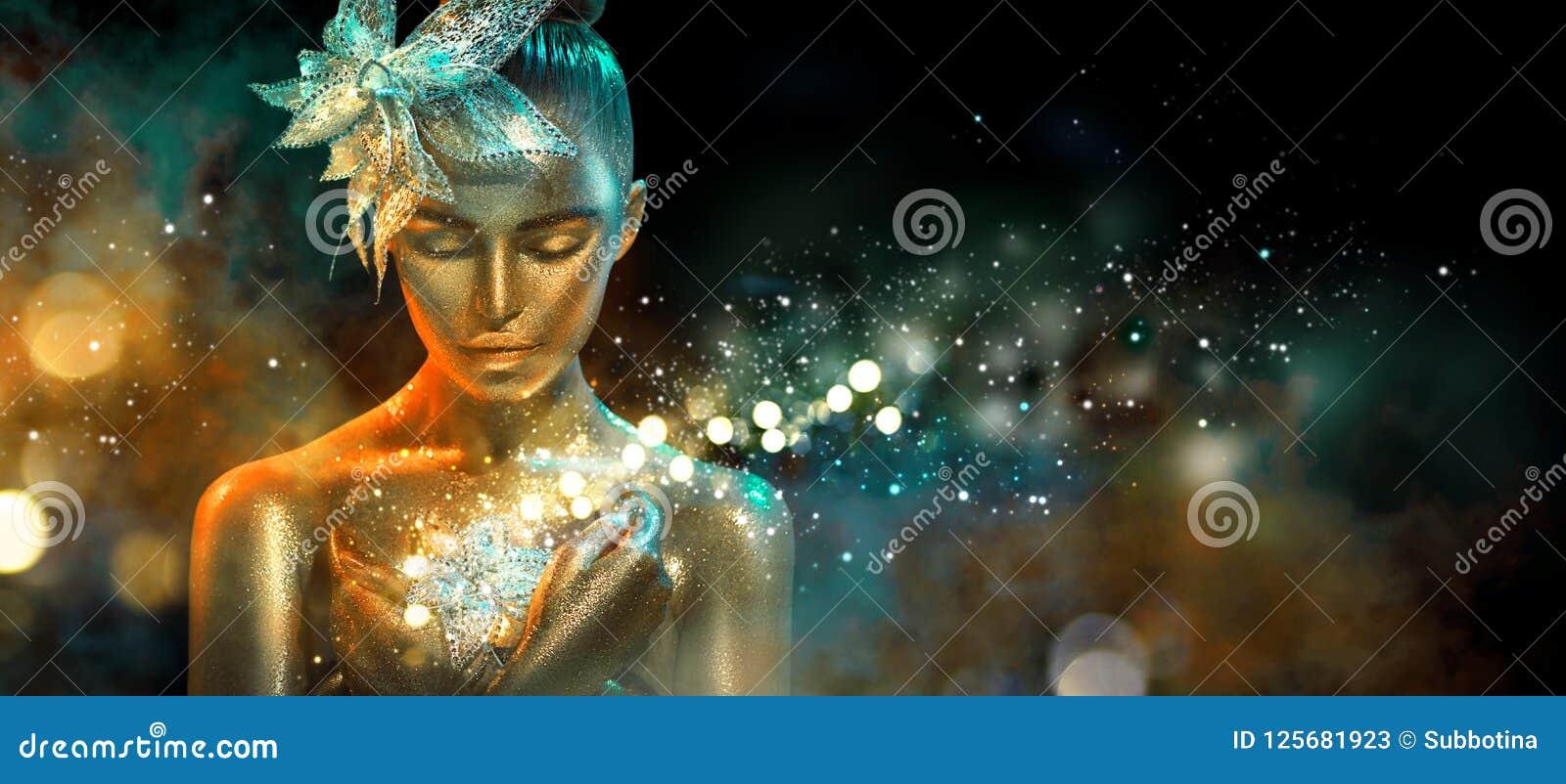 La donna del modello di moda nelle scintille dorate luminose variopinte e le luci al neon che posano con la fantasia fioriscono R