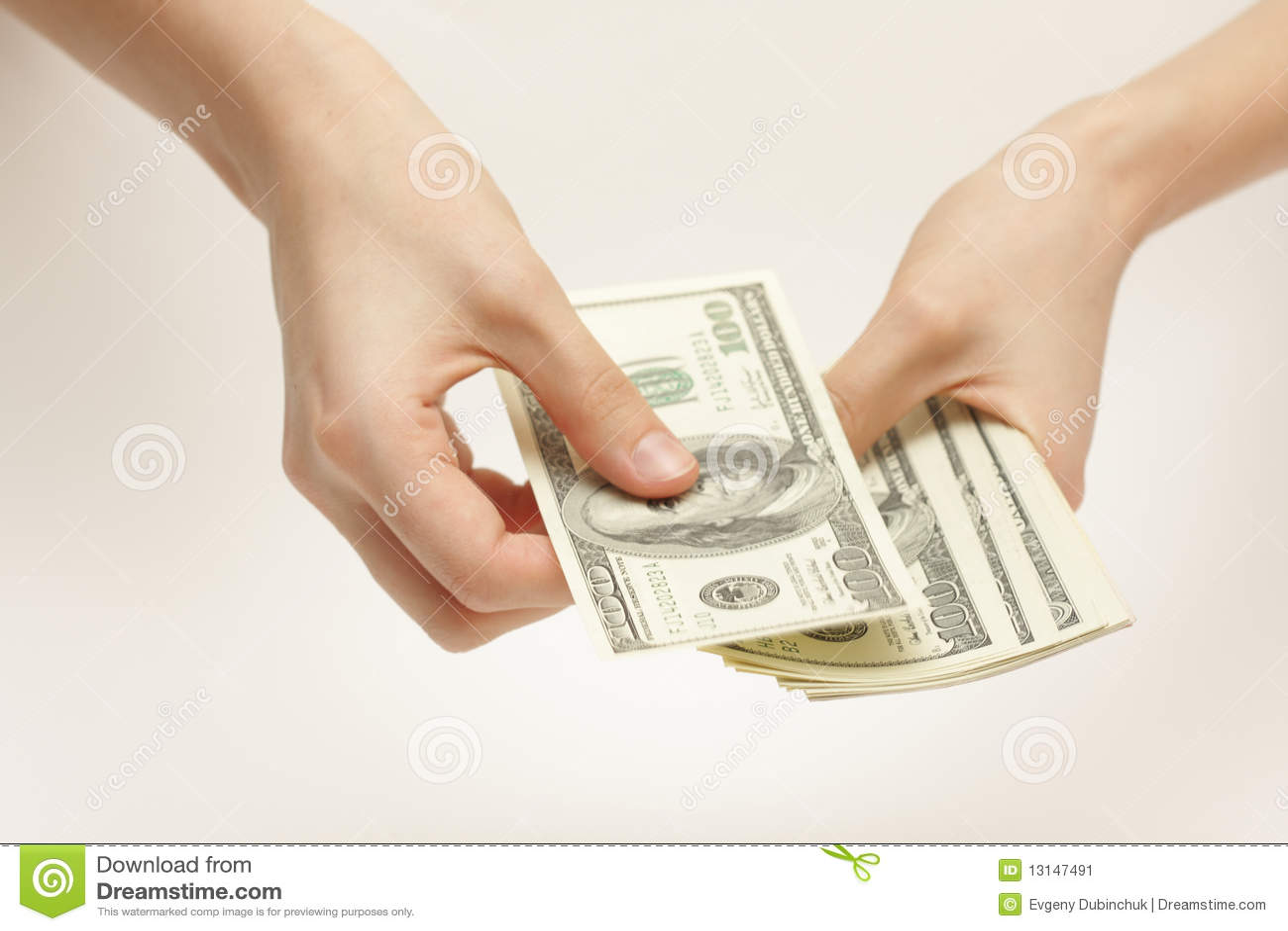 La donna di affari conta i soldi