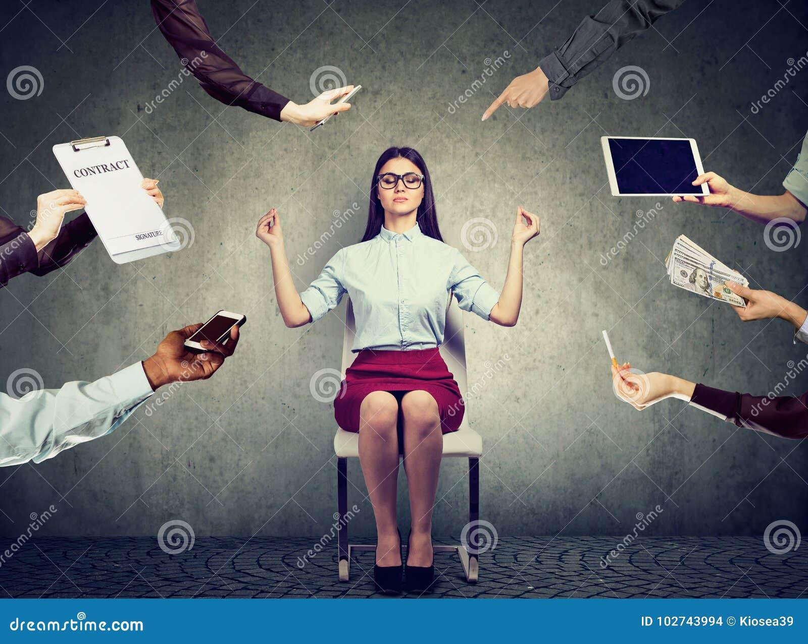 La donna di affari sta meditando per alleviare lo sforzo di vita corporativa occupata