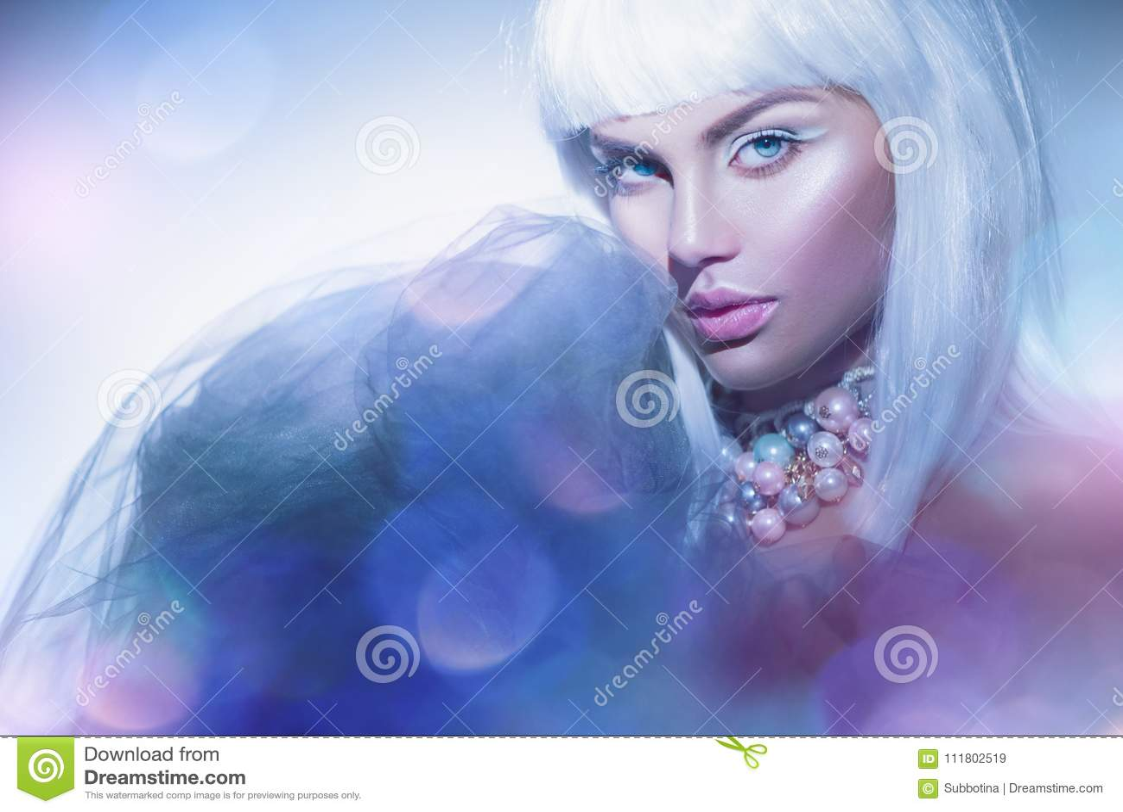 La donna di bellezza con capelli bianchi e l inverno disegnano il trucco Modello di alta moda Girl Portrait