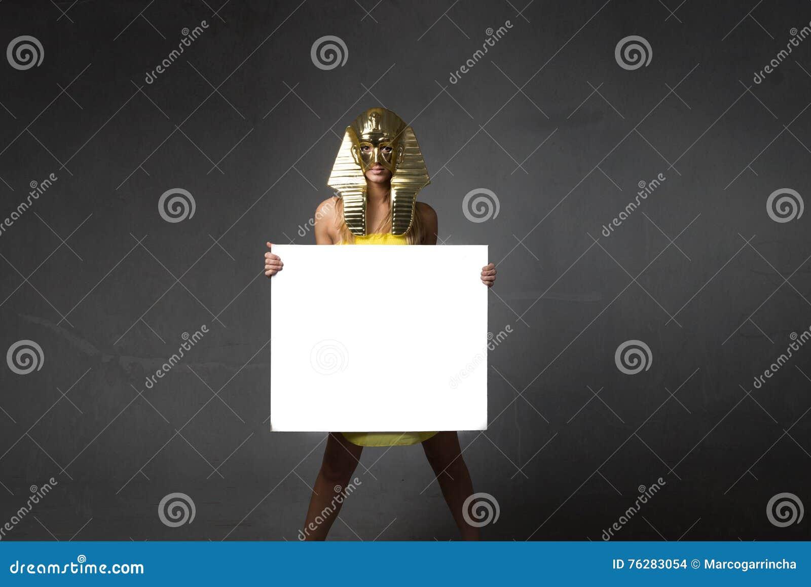 La donna di faraone con bianco svuota il bordo