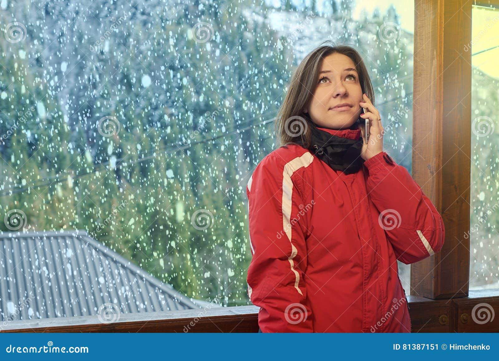 La donna felice parla sul telefono nell inverno