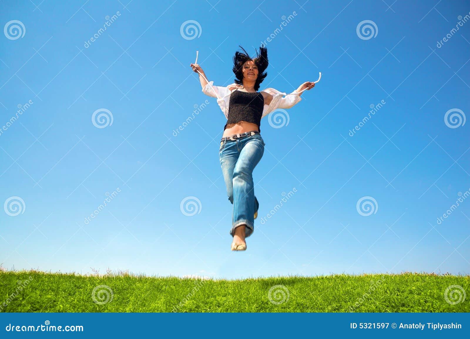 Download La Donna Felice Salta Nel Campo Immagine Stock - Immagine di salto, aperto: 5321597