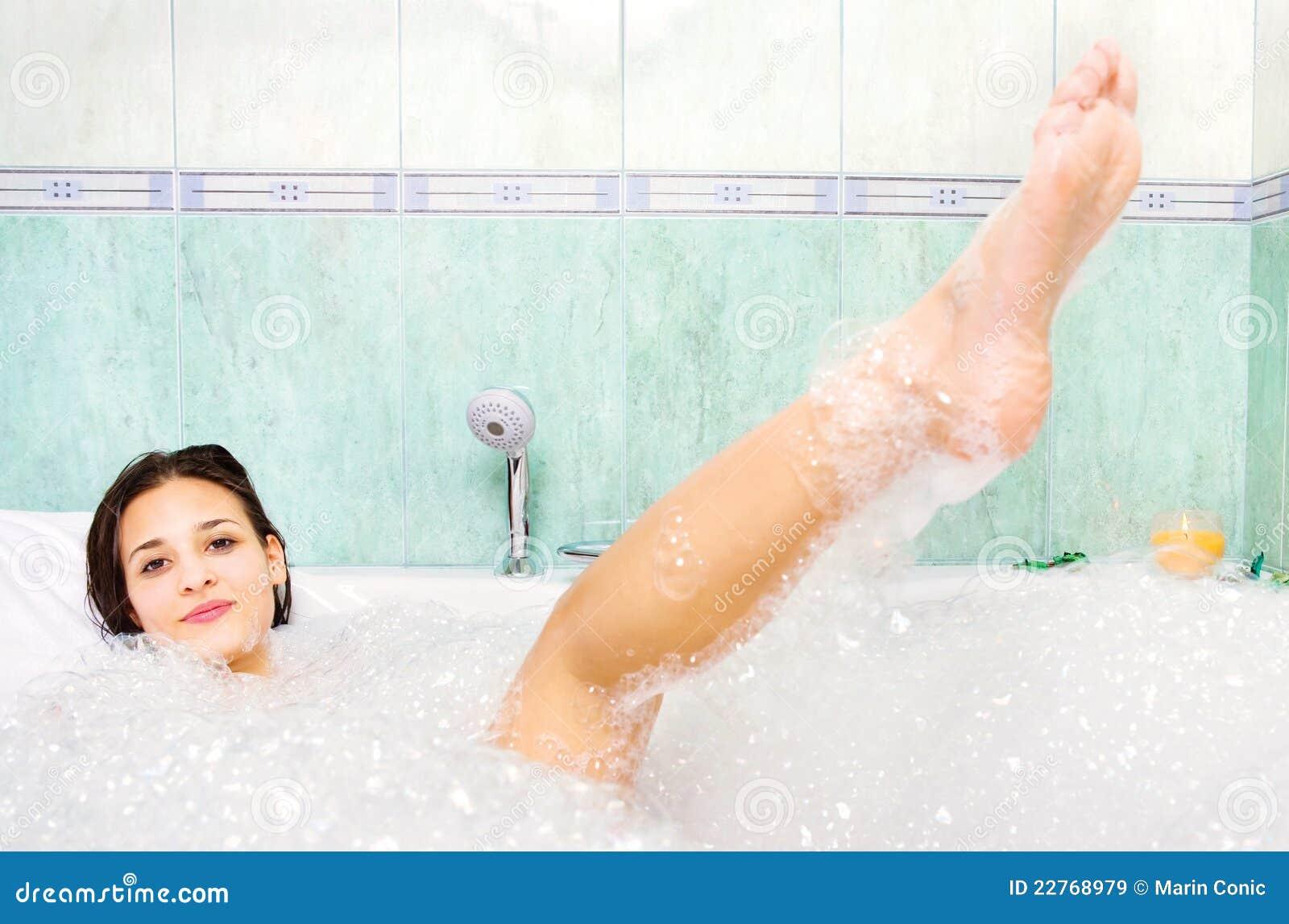 La donna gode della gomma piuma del bagno nella vasca da bagno immagine stock immagine di - Foto nella vasca da bagno ...