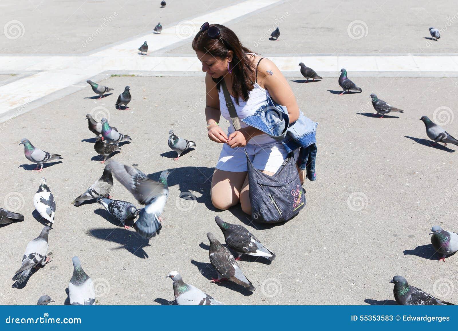 La donna gode di con il piccione in atene