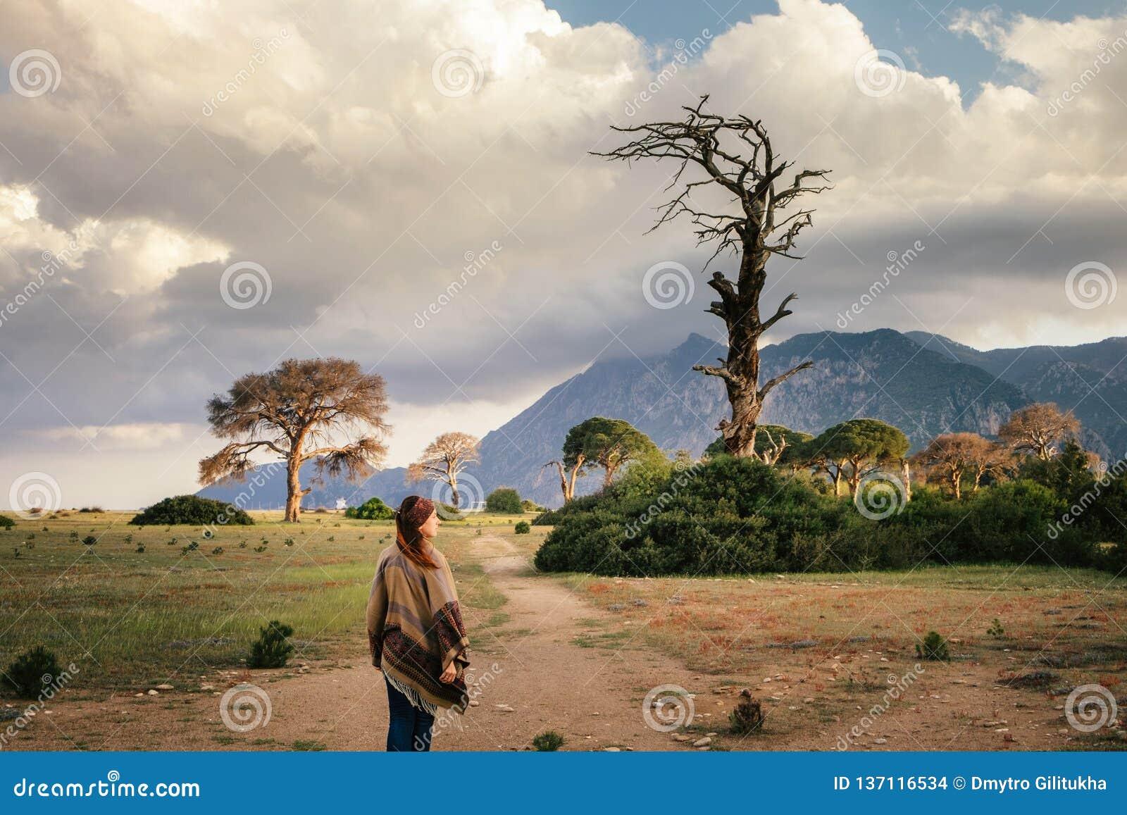 La donna gode di di fare un escursione sul modo lycian in Turchia