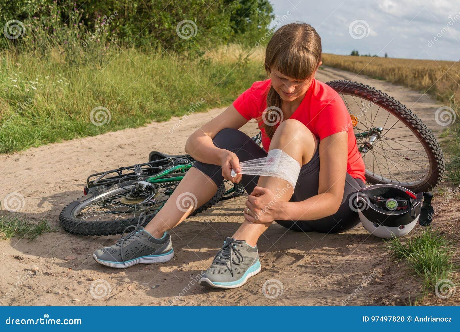 La donna ha lesione di incidente dalla bicicletta