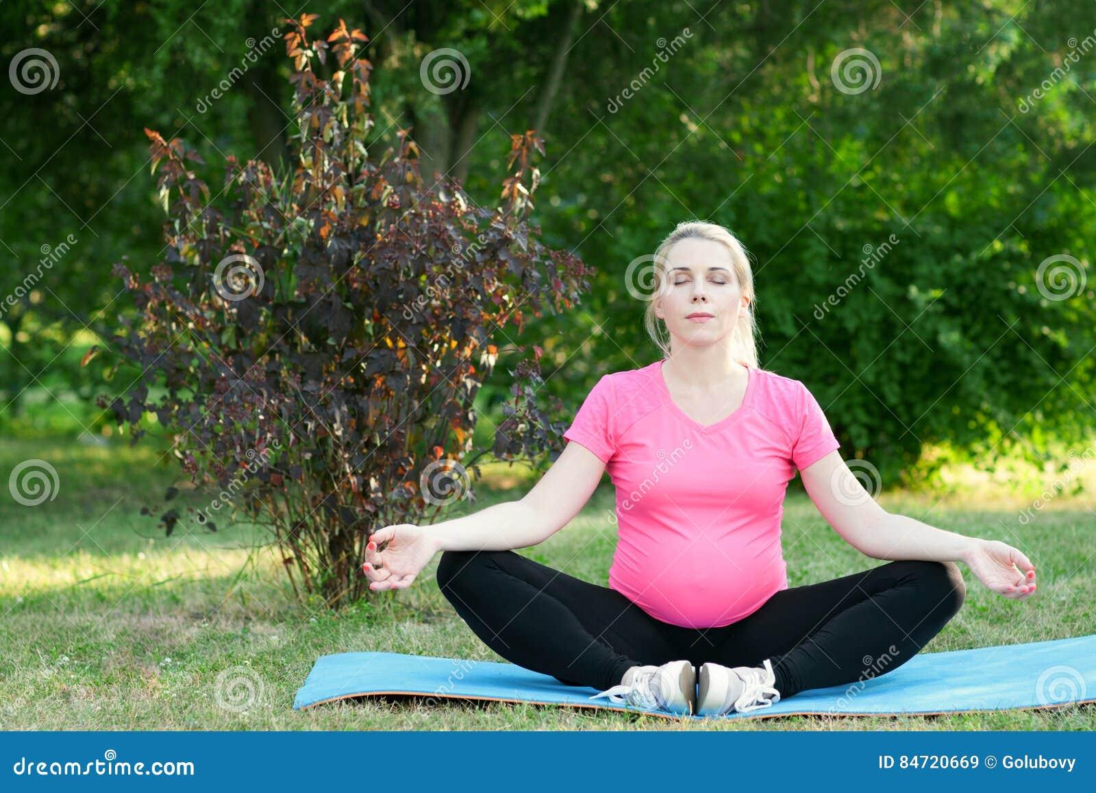 La donna incinta medita all aperto, paesaggio della natura