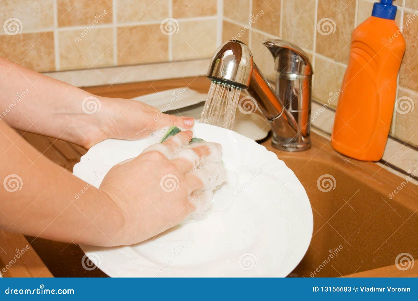 La donna lava gli articoli sulla cucina immagine stock - Articoli di cucina ...