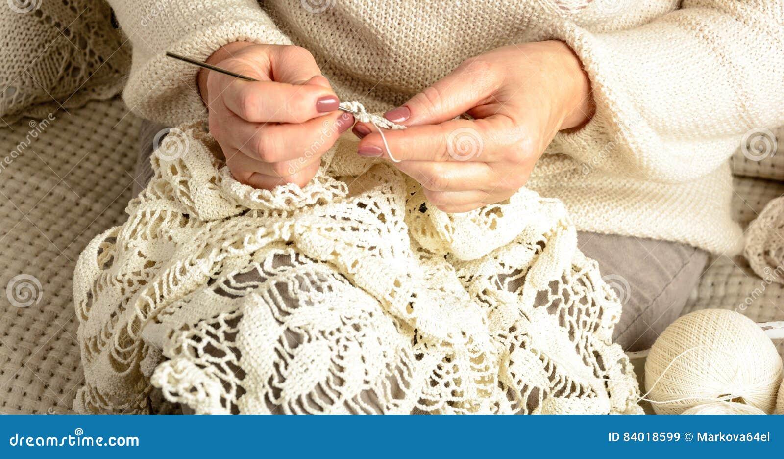 La donna lavora all uncinetto la tovaglia