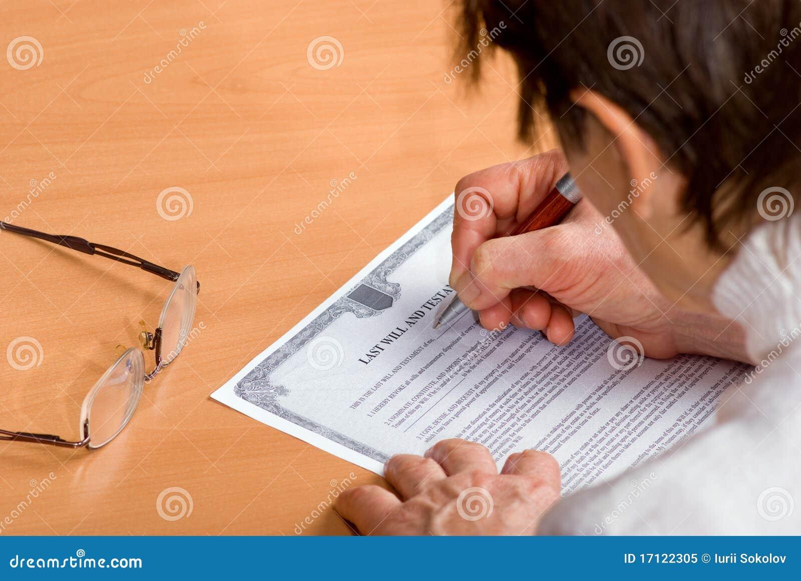 La donna matura che firma l ultima volta