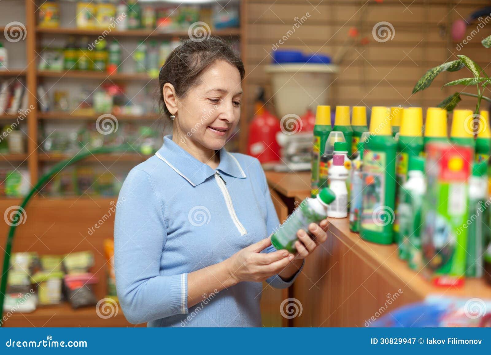 La donna matura sceglie la chimica agricola