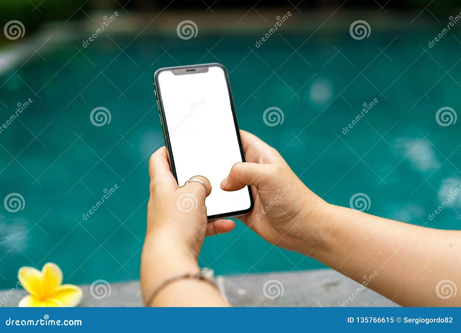 La donna nello stagno che tiene entrambe le mani telefona con uno schermo e una struttura moderna meno progettazione