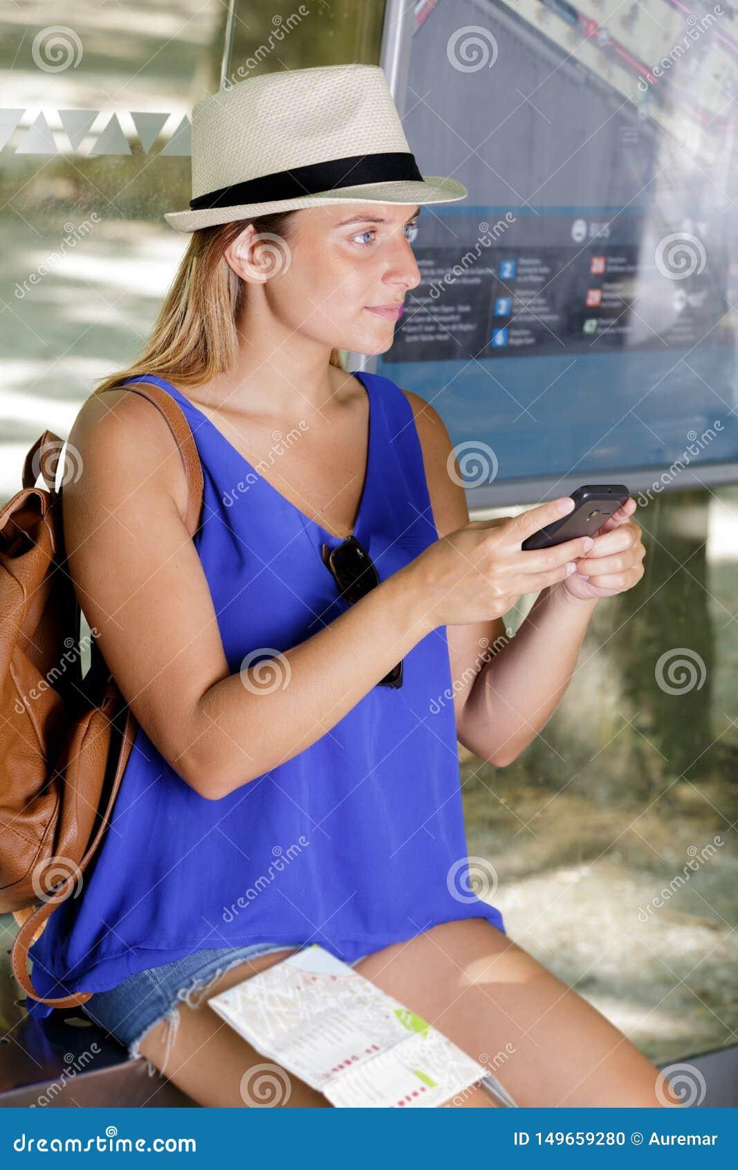 La donna ottiene il biglietto di aria sullo Smart Phone in aeroporto