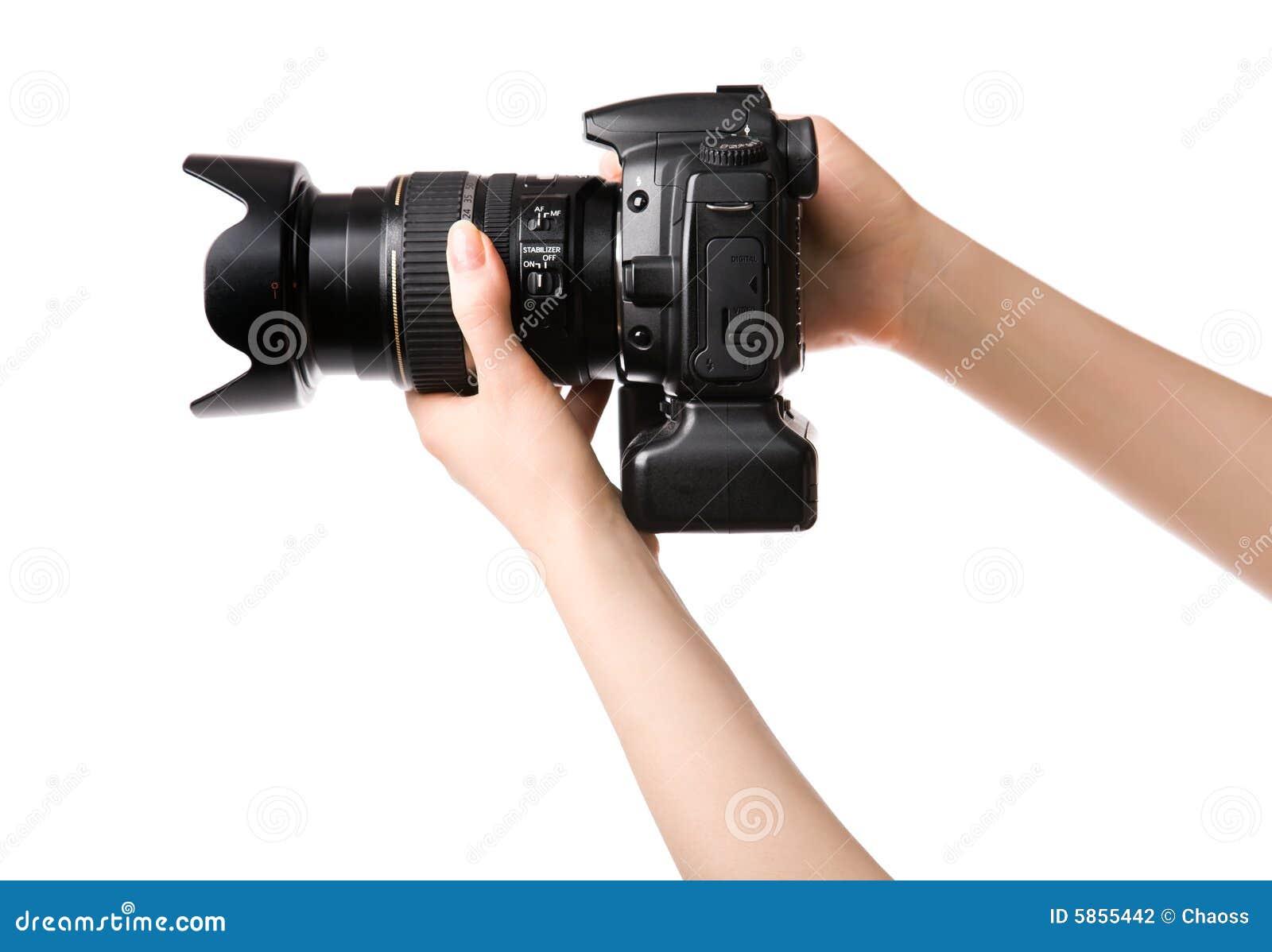 La donna passa a holding la macchina fotografica professionale della foto