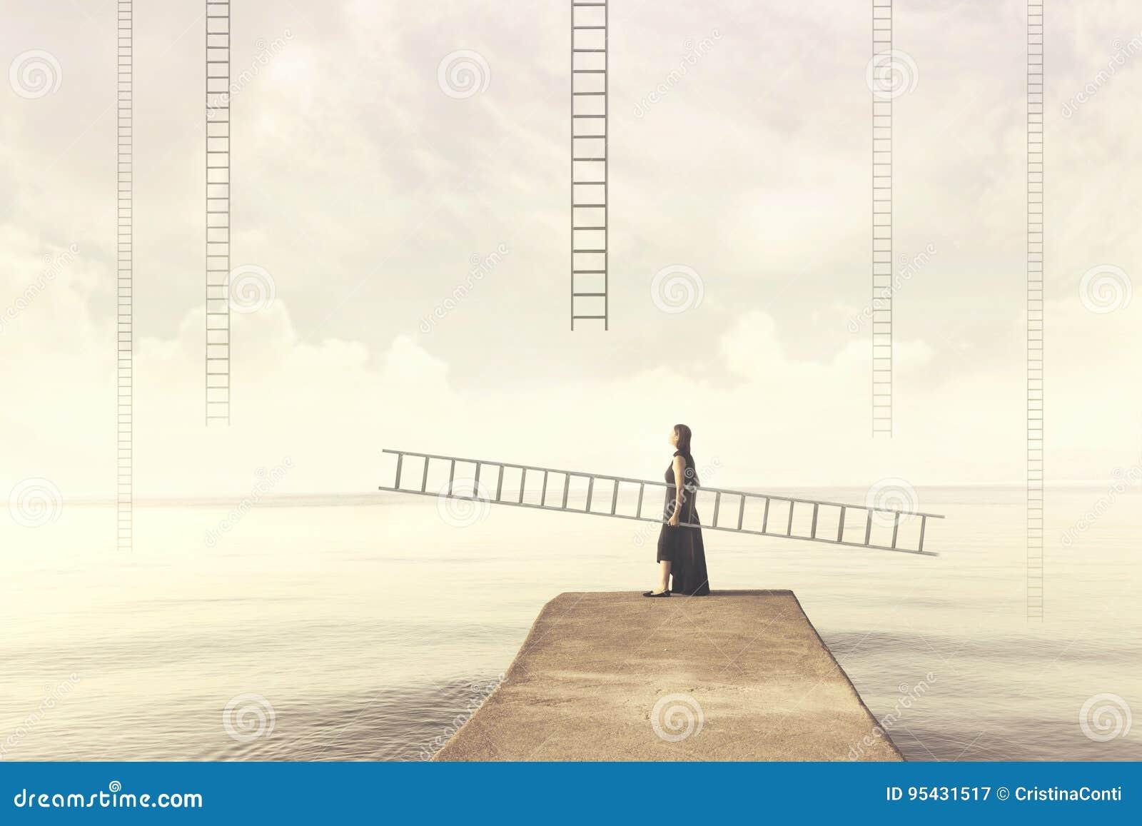 La donna porta la sua scala personale per scalare nel cielo