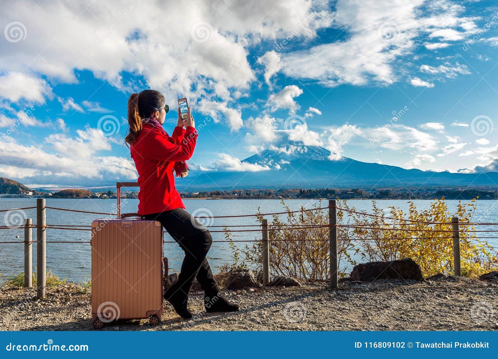 La donna prende una foto alle montagne di Fuji Autunno nel Giappone concetto di corsa