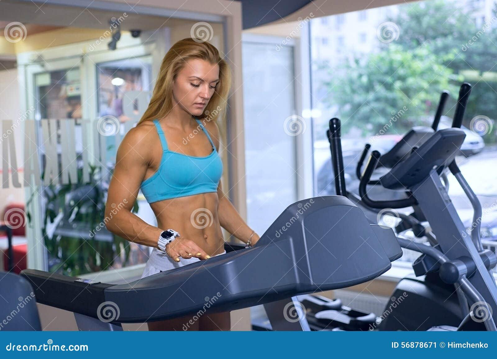 La donna prepara cardio in palestra