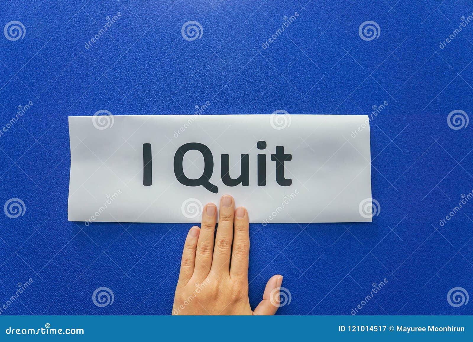 La donna presenta la lettera di dimissioni per smettere il lavoro con fondo blu