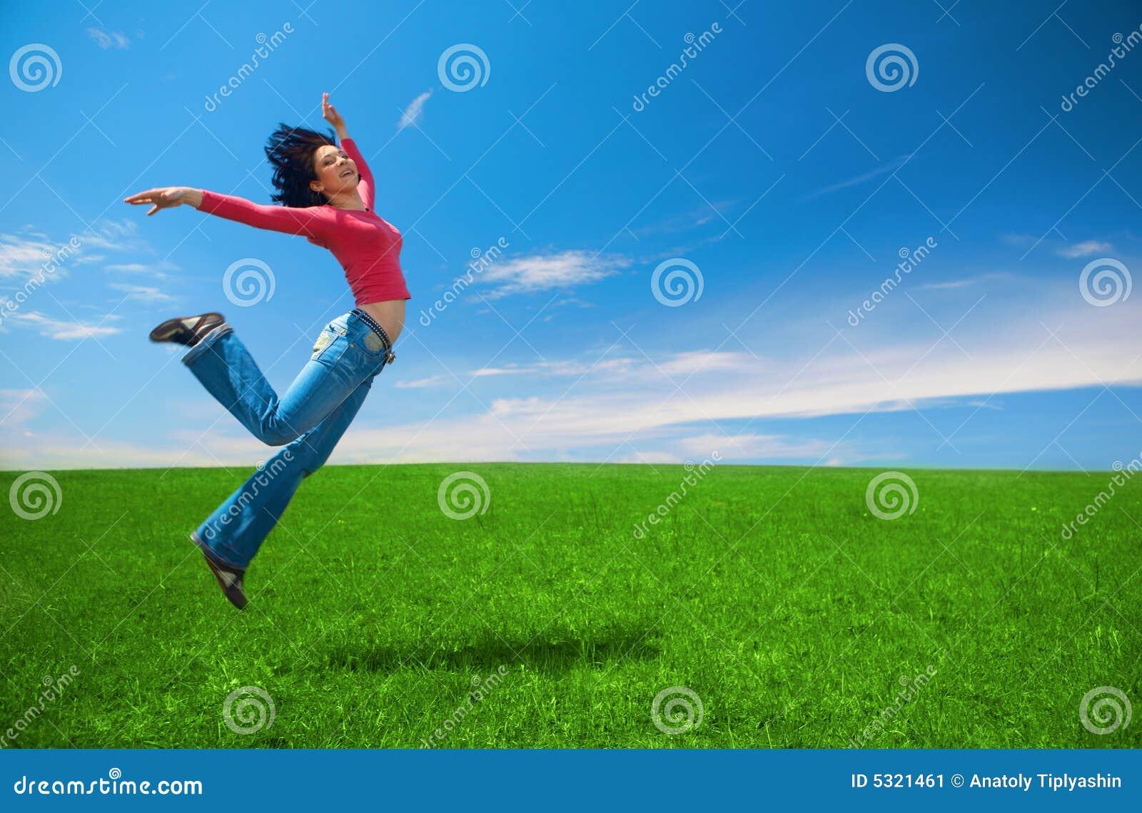 Download La Donna Salta Nel Campo Verde Immagine Stock - Immagine di nubi, sunny: 5321461