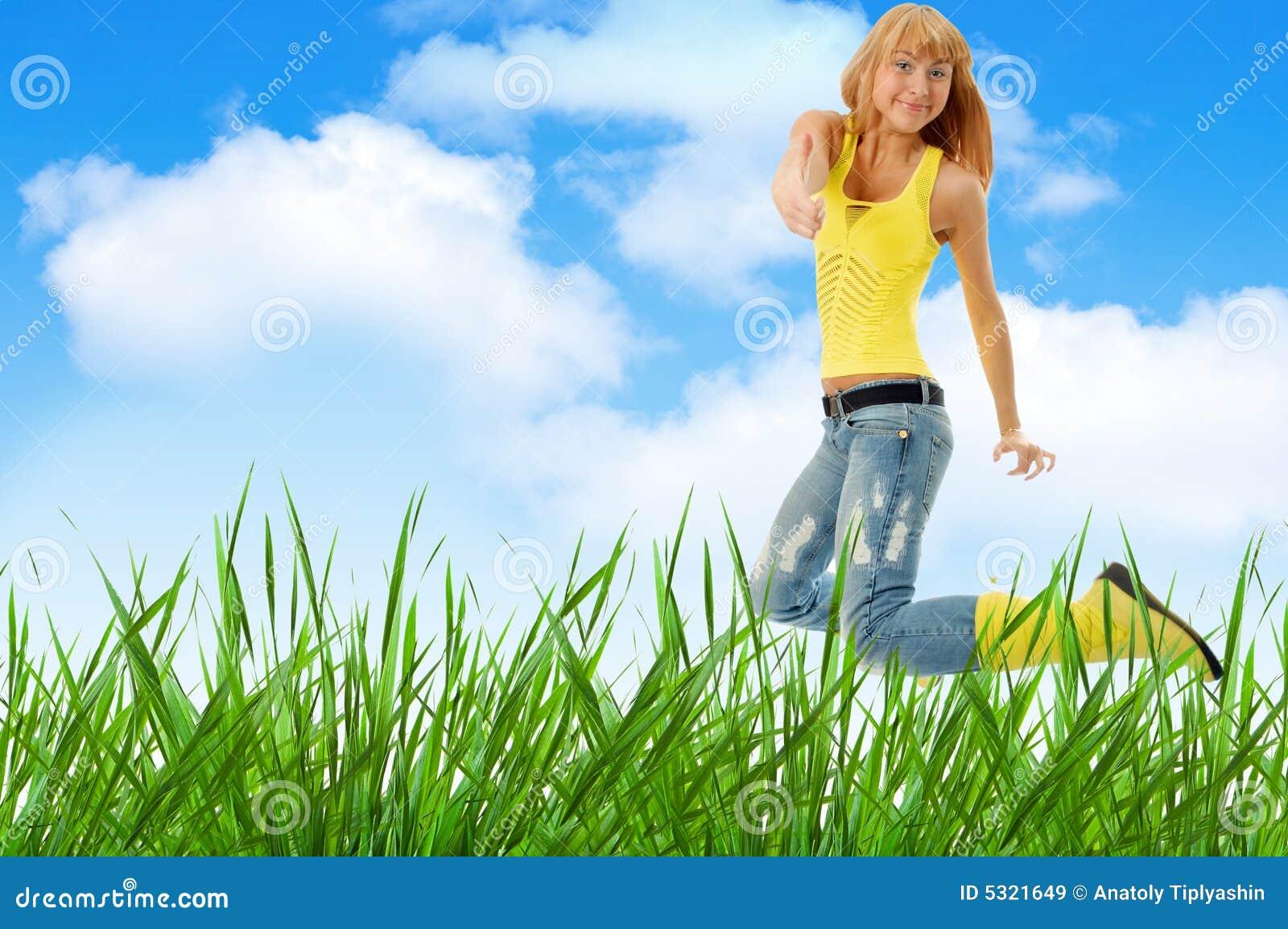 Download La donna salta sopra erba immagine stock. Immagine di nudo - 5321649