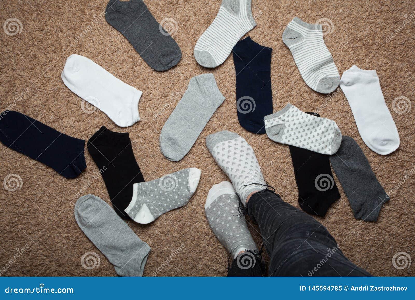 La donna sceglie quale calzini da durare