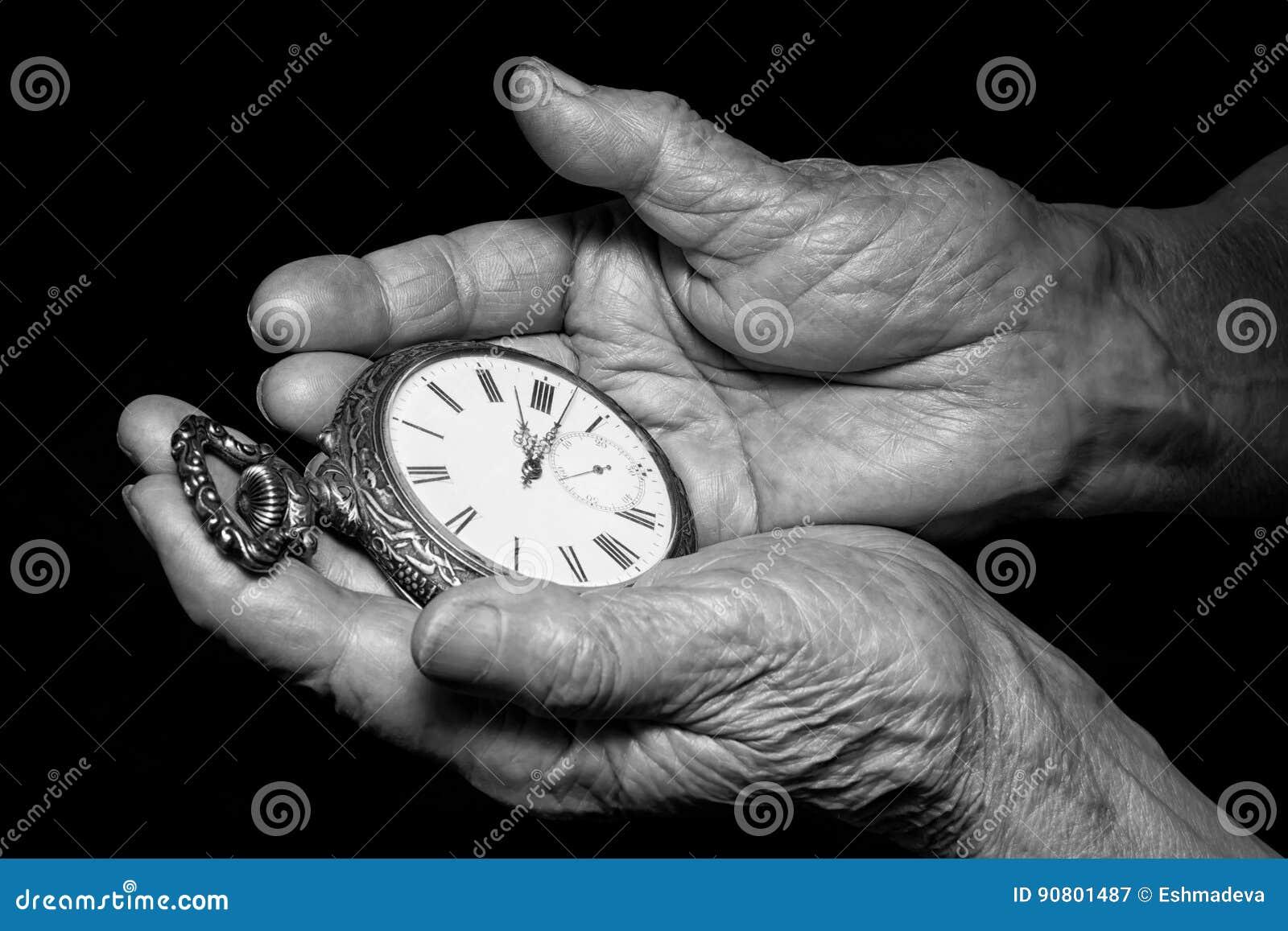 La donna senior passa la tenuta dell orologio antico Problemi di invecchiamento, senior