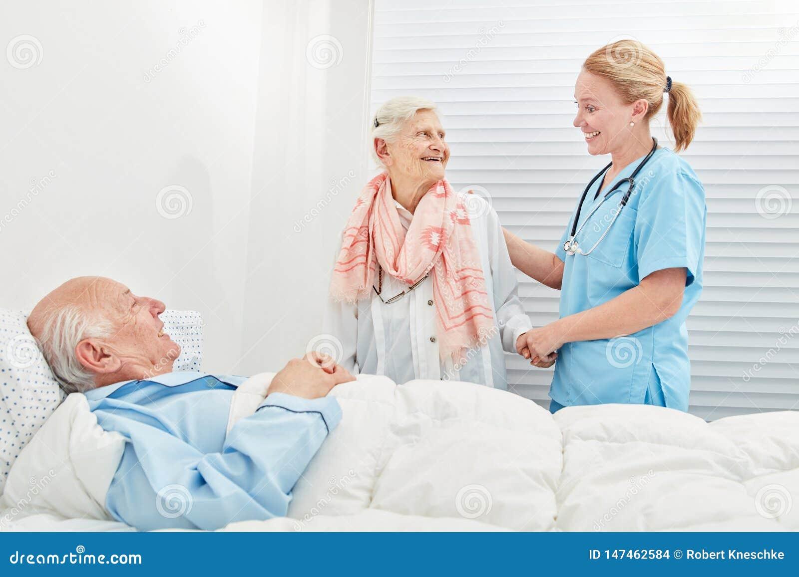 La donna senior visita il suo marito nell ospedale