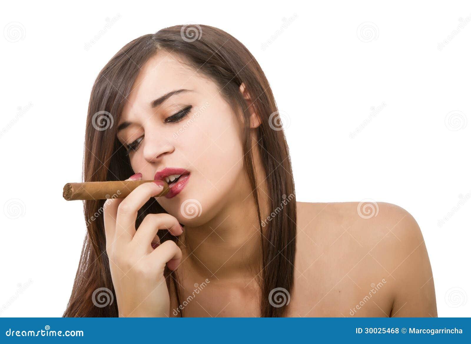La donna sexy fuma il sigaro