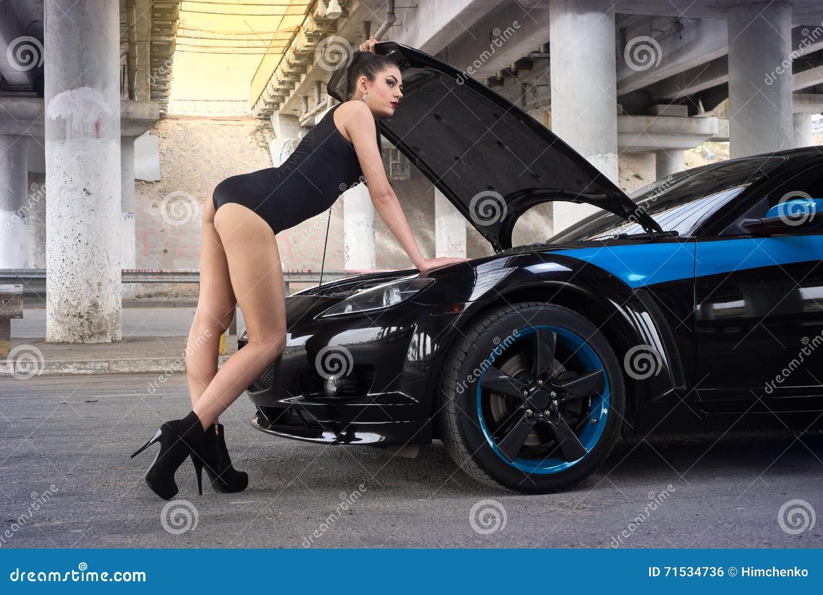 la donna sexy ha aperto il cappuccio di un 39 automobile fotografia stock immagine di riparazione. Black Bedroom Furniture Sets. Home Design Ideas