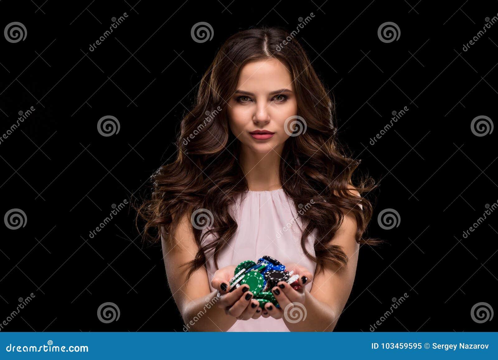 La donna sexy in una tenuta del vestito da rosa di eleganza ha colorato delicatamente i chip di mazza Conquista della donna