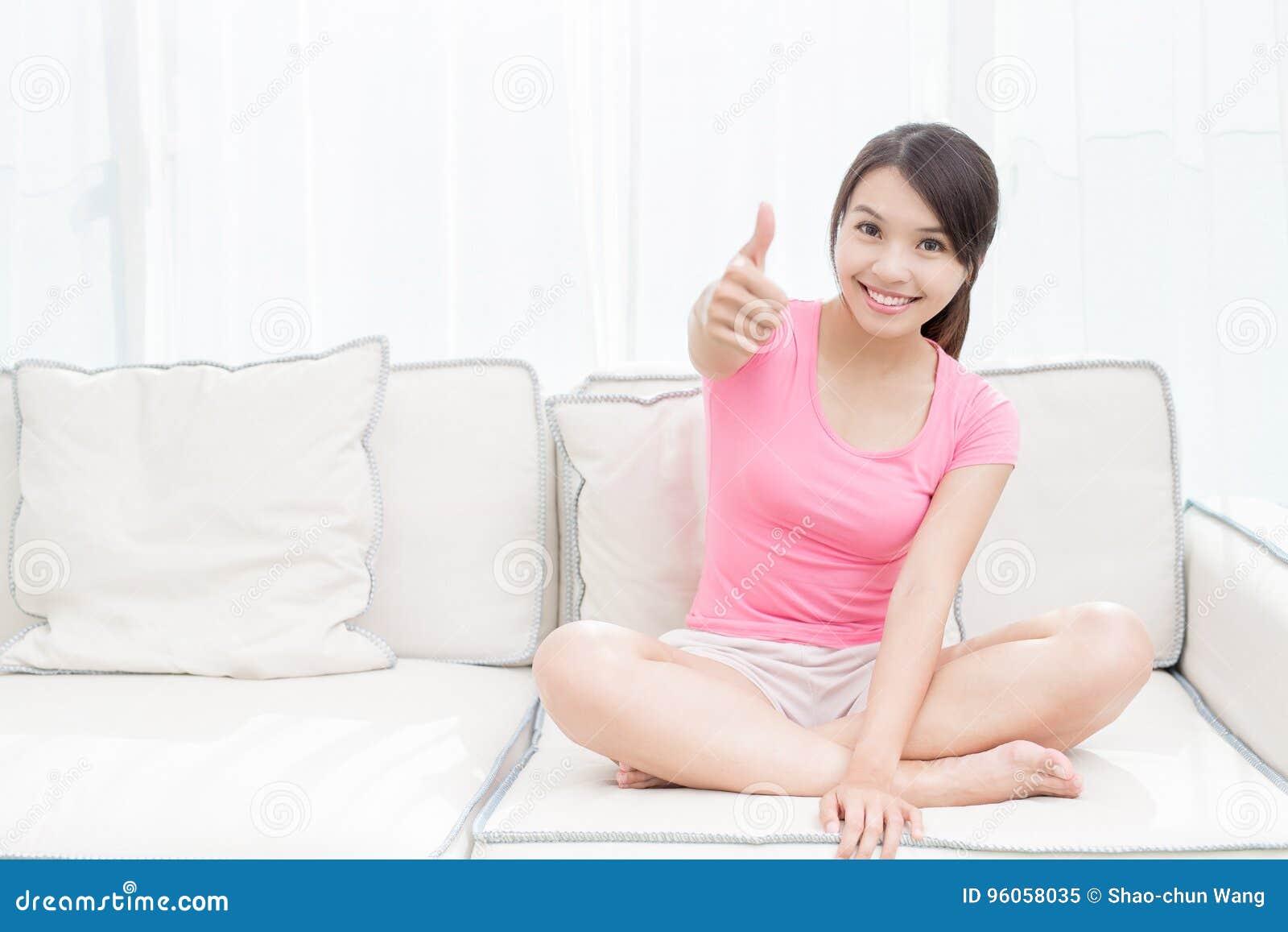 La donna si siede sul sofà