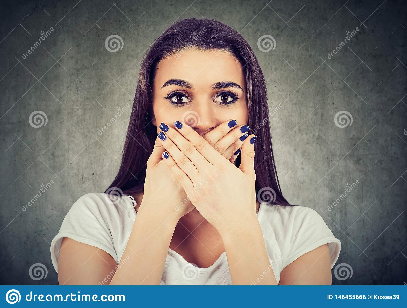 La donna spaventata copre la sua bocca per tenerla calma